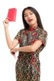 Mulher asiática que veste o vestido preto que guarda o presente do dinheiro Fotos de Stock