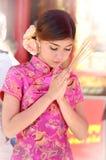Mulher asiática que veste um cheongsam Imagens de Stock