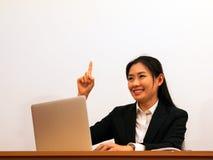 A mulher asiática realiza e sorri fotografia de stock royalty free