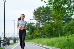 Mulher asiática running na margem Movimentar-se da manhã Os trens do atleta imagem de stock royalty free