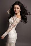 Mulher asiática sensual com cabelo escuro longo no vestido elegante do laço fotos de stock