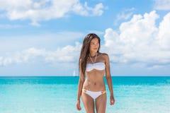 Mulher asiática 'sexy' do biquini que relaxa na praia imagem de stock