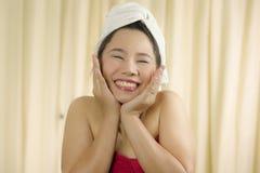 A mulher asiática veste uma saia para cobrir seu peito após o cabelo da lavagem, envolvido nas toalhas após o chuveiro fotos de stock royalty free