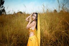 A mulher asiática vestida imita dançarinos persas Fotografia de Stock Royalty Free