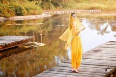 A mulher asiática vestida imita dançarinos persas Fotografia de Stock