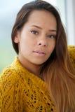 Mulher asiática bonita que olha a câmera Foto de Stock Royalty Free