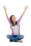 A mulher asiática feliz arma a vista aberta acima Fotos de Stock Royalty Free