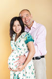 Mulher asiática grávida e seu marido Foto de Stock Royalty Free