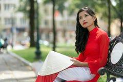 Mulher asiática nova delgada lindo no vermelho Foto de Stock Royalty Free