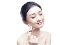 Mulher asiática nova que guarda um guindaste de papel Imagem de Stock