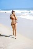 Mulher asiática que funciona na praia no biquini Foto de Stock Royalty Free