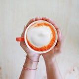 Mulher asiática que relaxa o café quente Fotos de Stock Royalty Free