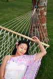 A mulher asiática relaxa na praia Foto de Stock