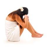 Mulher assentada na toalha Foto de Stock Royalty Free