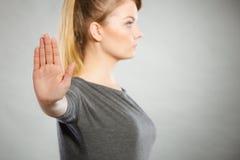 Mulher assertiva que faz o gesto da parada Foto de Stock Royalty Free