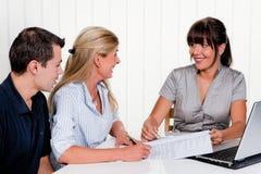 A mulher assina um contrato em um escritório fotos de stock