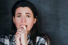 A mulher assustado rasga a expressão facial da fobia do sofrimento imagens de stock royalty free