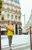 Mulher ativa com os 2 baguettes franceses que cruzam a rua imagens de stock royalty free