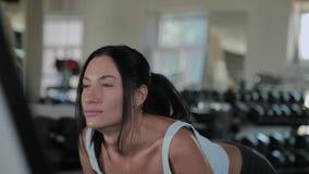 A mulher atlética bonita executa o deadlift no gym vídeos de arquivo