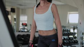 A mulher atlética bonita executa o deadlift no gym video estoque