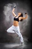 Mulher atlética bonita nova que dança o hip-hop da dança moderna Imagens de Stock Royalty Free