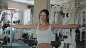 Mulher atlética bonita que faz uma posição do peso video estoque