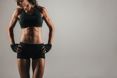 Mulher atlética com os músculos abdominais fortes imagens de stock royalty free