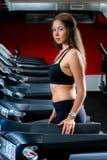 Mulher atlética consideravelmente nova em um sportswear fotos de stock