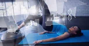 Mulher atlética do ajuste no gym com relação da saúde foto de stock royalty free