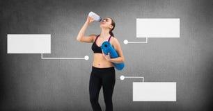 Mulher atlética do exercício com os painéis infographic vazios da carta fotos de stock
