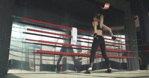 A mulher atlética faz impulso-UPS como parte de sua aptidão transversal, rotina do treinamento do gym do halterofilismo video estoque