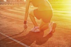 Mulher atlética na posição do começo sobre a trilha Imagens de Stock Royalty Free