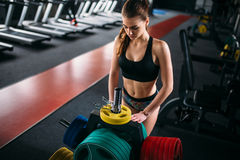 Mulher atlética no sportswear, gym do esporte imagem de stock