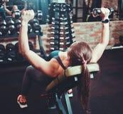 Mulher atlética no sportswear que faz uma imprensa do peso imagem de stock royalty free
