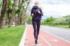 Mulher atlética que corre fora Ação e conceito saudável do estilo de vida Imagem de Stock