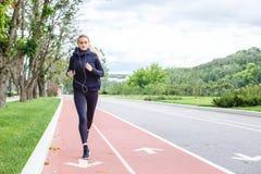 Mulher atlética que corre fora Ação e conceito saudável do estilo de vida Foto de Stock