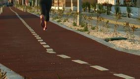 Mulher atlética que corre na estância citadina da manhã, no estilo de vida saudável e no esporte vídeos de arquivo