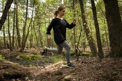 Mulher atlética que exercita regularmente fotografia de stock