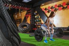 Mulher atlética que faz o deadlift imagens de stock