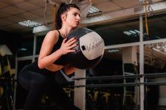 Mulher atlética que faz o exercício com bola do MED Força e motivação foto de stock royalty free