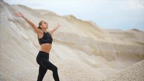 Mulher atlética que respira profundamente após o exercício exterior video estoque