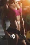 A mulher atlética brutal que bombeia acima muscles com Fotos de Stock Royalty Free