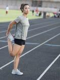Mulher atlética que estica os músculos do pé Foto de Stock Royalty Free