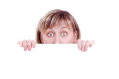 Mulher atrás da placa em branco Fotos de Stock