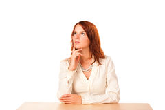 Mulher atrás de uma tabela que olha acima - Imagens de Stock Royalty Free