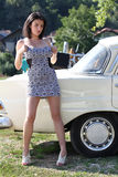 Mulher atrativa ao lado do carro Foto de Stock