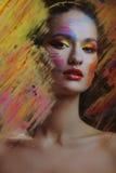 Mulher atrativa bonita no respingo da pintura da cor atrás da cor pintada de vidro fotos de stock royalty free