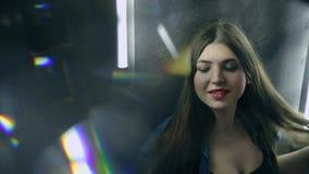 Mulher atrativa bonita que levanta na escada preta do ferro no estilo do sótão vídeos de arquivo