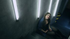 Mulher atrativa bonita que levanta na escada preta do ferro no estilo do sótão filme