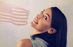 Mulher atrativa com bandeira dos EUA Fotos de Stock